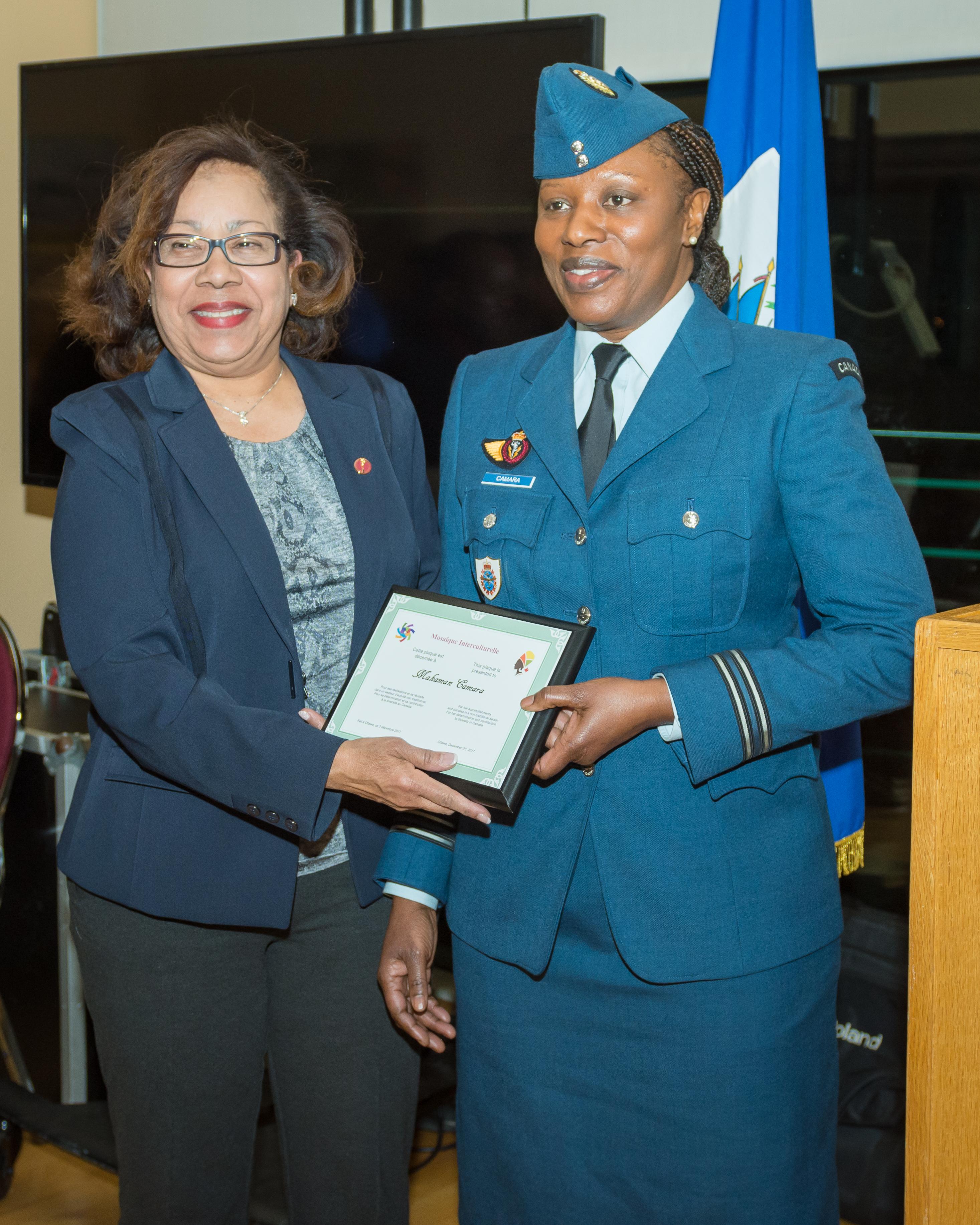 Dre Marie-Françoise Mégie sénatrice canadienne et Makaman Camara, Capitaine des Forces armées canadiennes